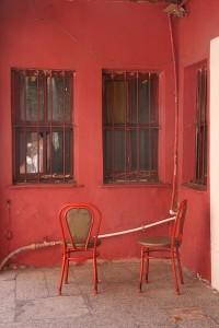 stoel_muur_rood