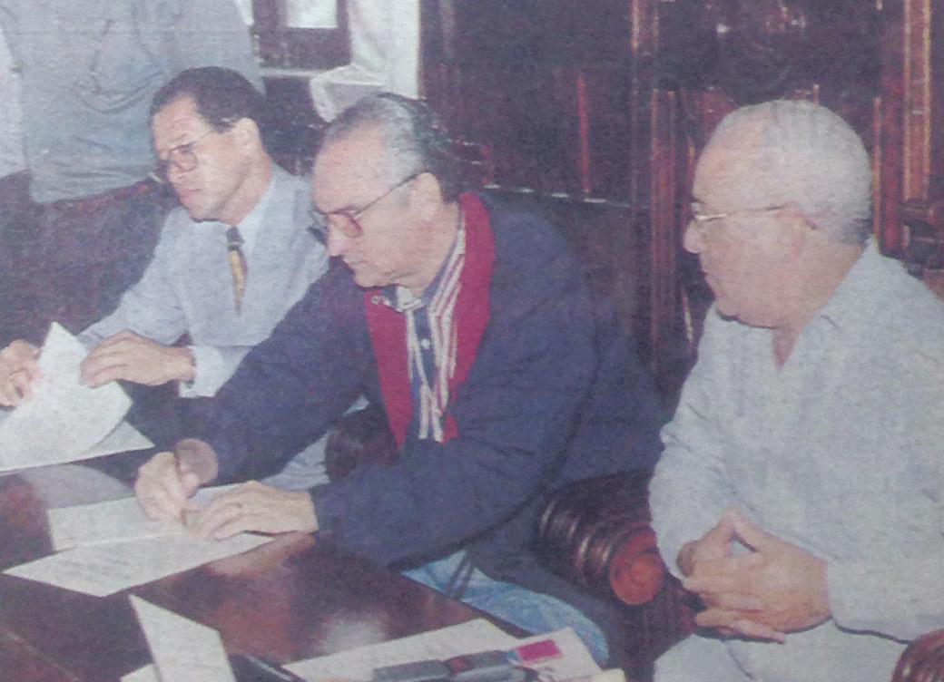 El doctor Leonardo Matos Berrido, presidente de LIDOM y el licenciado Siquio Ng de la Rosa, presidente de Nordeste Béisbol Club firman el acuerdo que incluye a los Gigantes del Nordeste en la liga de béisbol profesional de la República Dominicana. Foto Adriano Cruz Marte.