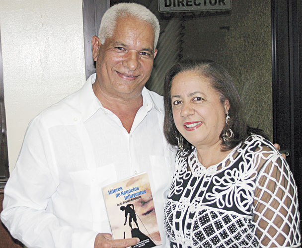 El Ingeniero Agrónomo Gerardo Cosme Fernández (Cheo) y su esposa Dra. Grisel Concepción de Cosme muestran el libro Líderes de Negocios Influyentes de la Región Nordeste.