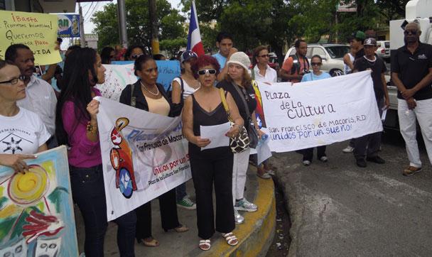 Asistentes a la marcha por la plaza de la Cultura de San Francisco de Macorís.
