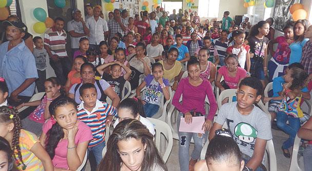 n Las gráficas muestran a parte de la multitud de niños estudiantes que fueron beneficiados con útiles escolares. Fotos Frank Then