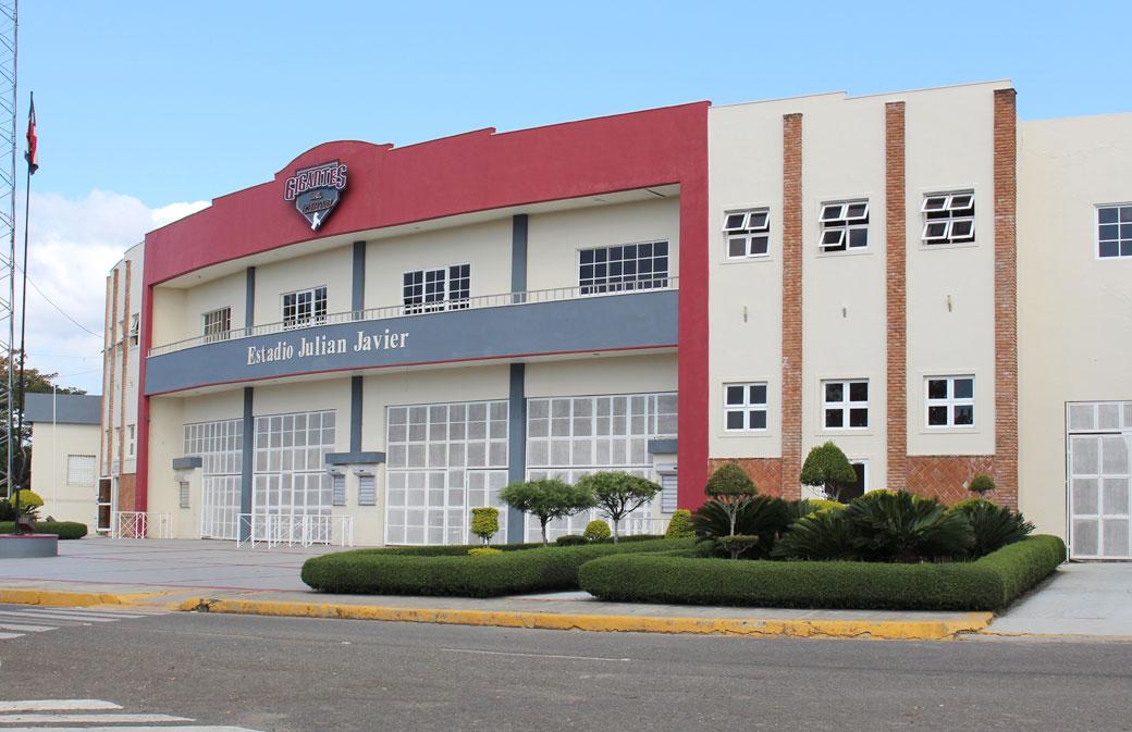 El Estadio Julián Javier es parte de las instalaciones del Complejo Deportivo Juan Pablo Duarte.