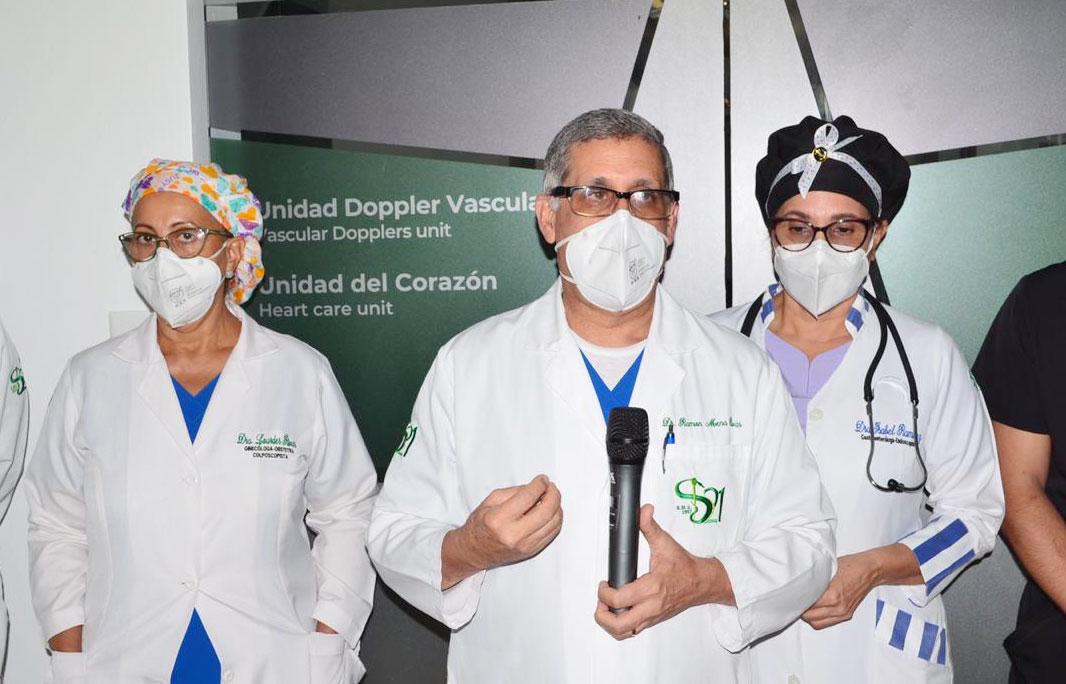 El doctor Ramón Mena Rivas, tuvo la palabras centrales de la inauguración, le acompañan las doctoras Lourdes Mena Rivas e Isabel Ramírez, ejecutivas del Centro Médico Docente Siglo 21.