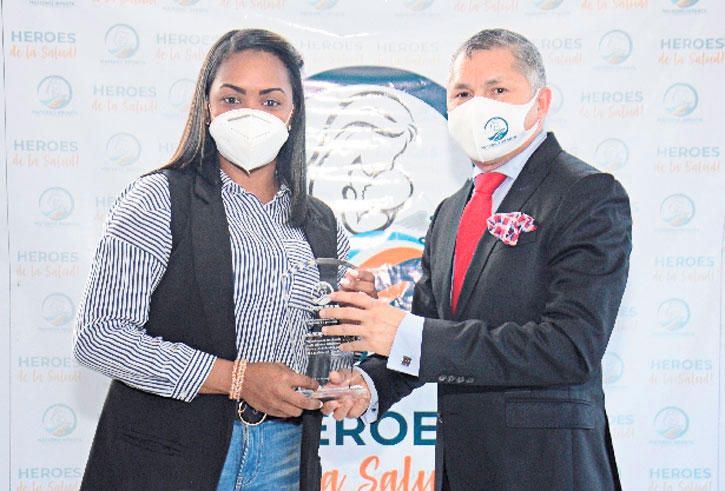 ❏ La periodista Johanny Paulino es reconocida por el doctor Ángel Almánzar, en reconocimiento a su labor en medio de la crisis de la pandemia del covid-19.