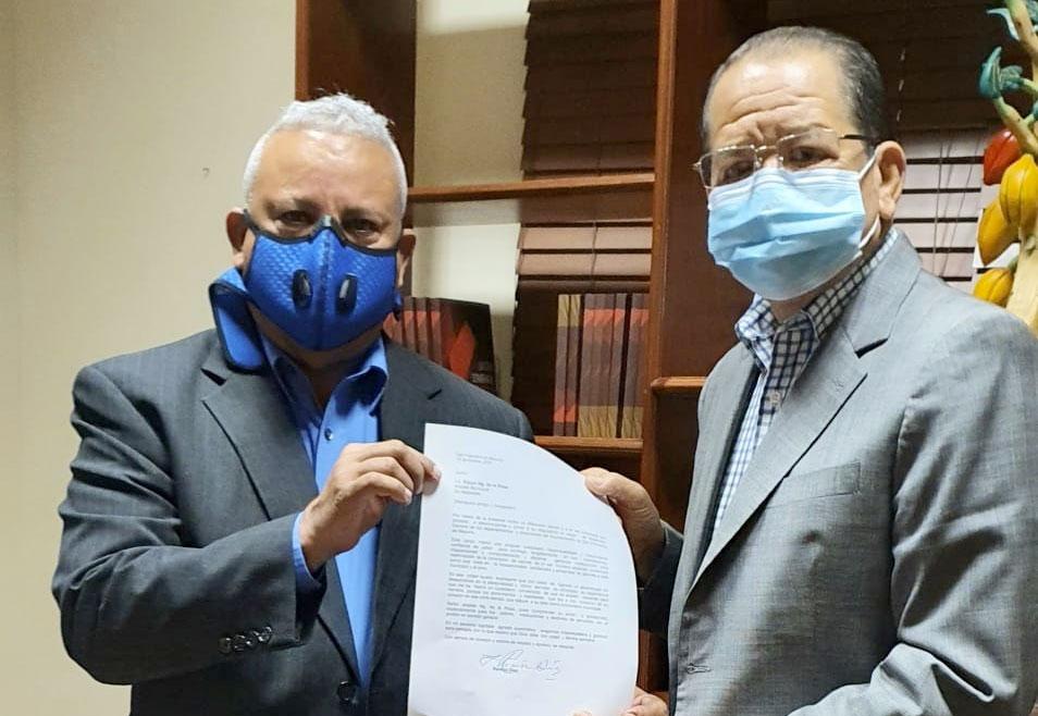 Ramón Díaz entrega la carta de renuncia como asistente del alcalde Siquio Ng de la Rosa.