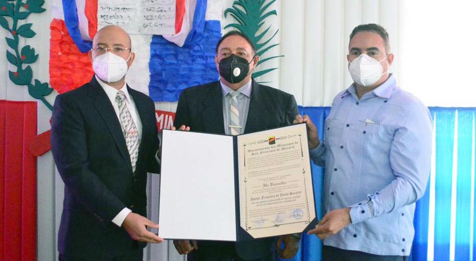 Regidores Fermín Sánchez y Alejandro Matos, entregan reconocimiento al doctor Francisco de Jesús Sarante.