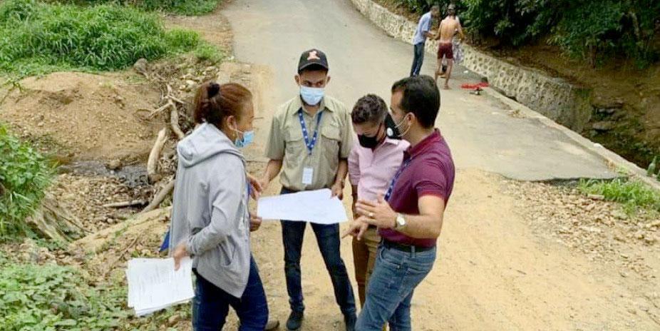 El Ing. Julio Lizardo, director de INAPA región Nordeste junto a brigadas de la institución analizan soluciones para la comunidad de la Yagüiza.