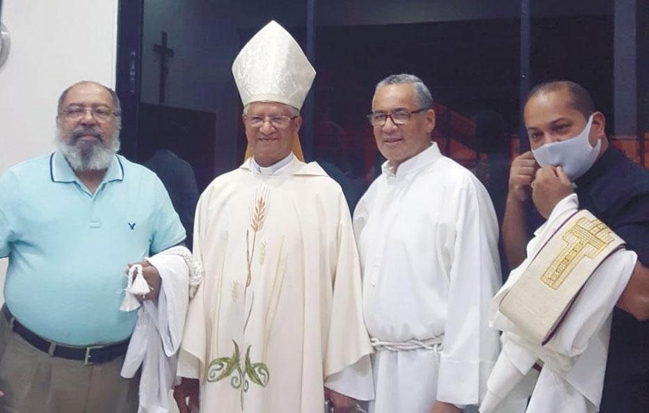 Excelencia Reverendísima Mons. Fausto Ramón Mejía Vallejo, en compañía del nuevo Obispo de San Juan de la Maguana, recién designado por Su Santidad Papa Francisco, Mons. Tomás Alejo Concepción, y demás sacerdotes de la Diócesis.