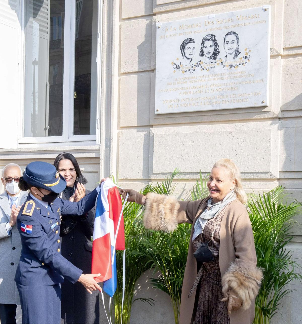 Minou Tavárez Mirabal y la embajadora de la República Dominicana en Francia, señora Rosa Hernández de Grullón, al momento de develizar la placa.