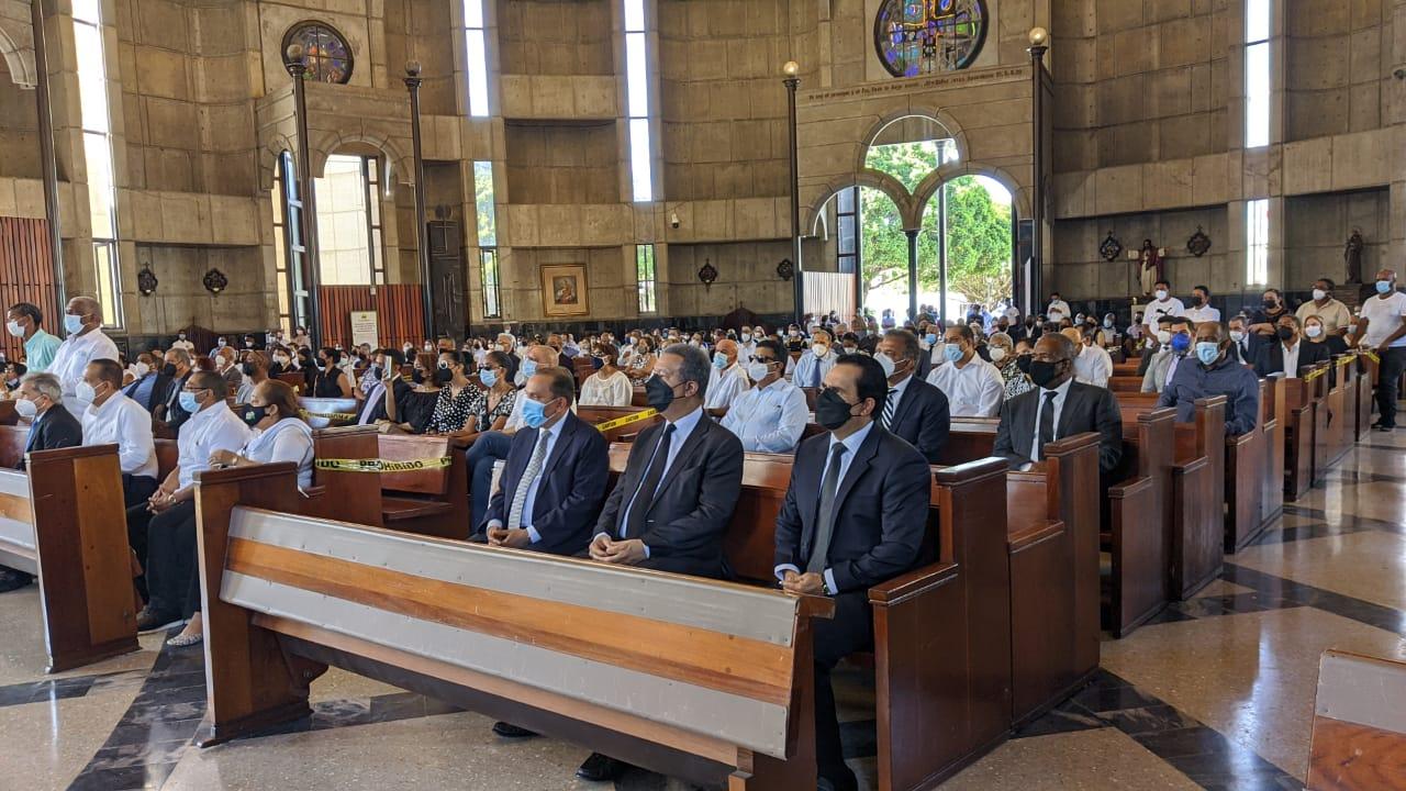 Personalidades de la sociedad dominicana asistieron a la misa de cuerpo presente realizada al doctor Erasmo Vásquez.
