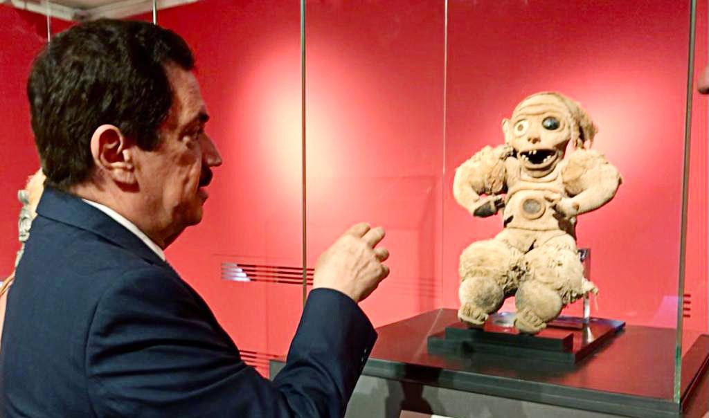 El embajador Tony Raful Tejada observa el Zemi de Algodón, mostrado por las autoridades de la Universidad de Turín.