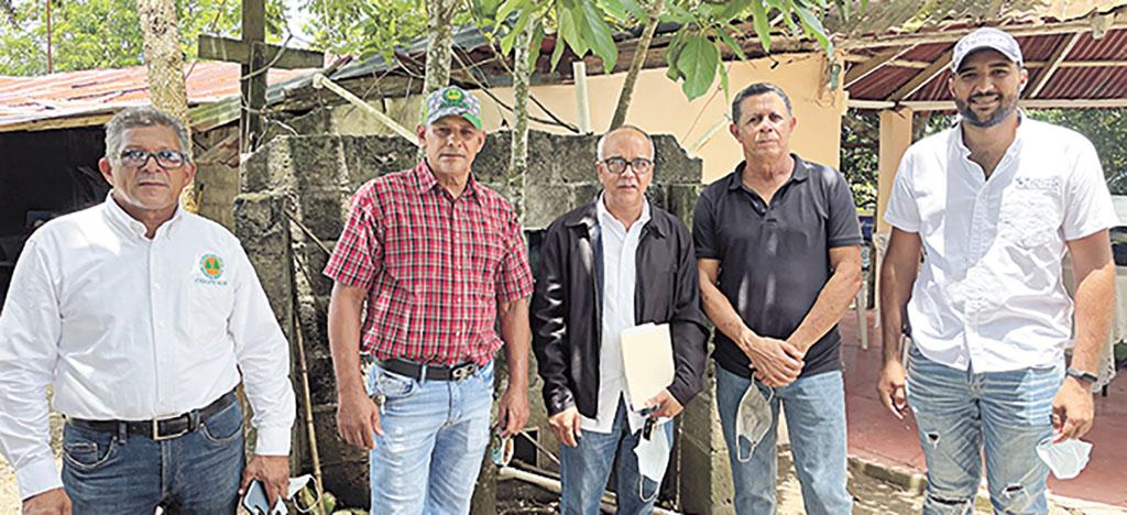 Desde la izquieda Diego Hidalgo, Joaquín Velázquez y César Taveras y otros miembros de las instituciones.