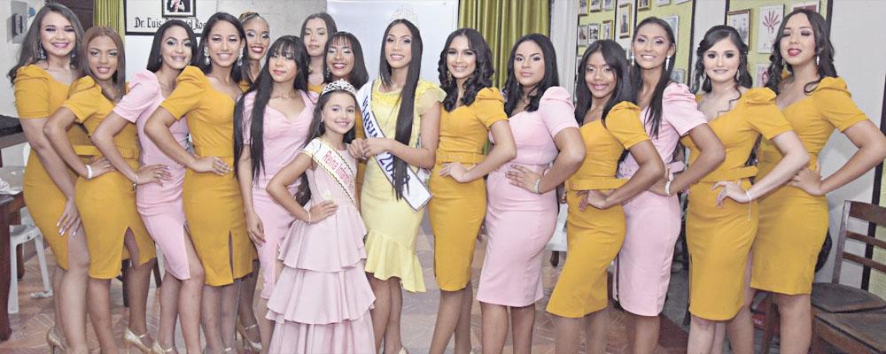 Al centro la Reina Santa Ana 2020, reina infantil 2021 y las candidatas del reinado. Fotos Silvio Rosario/SFMacoris.com