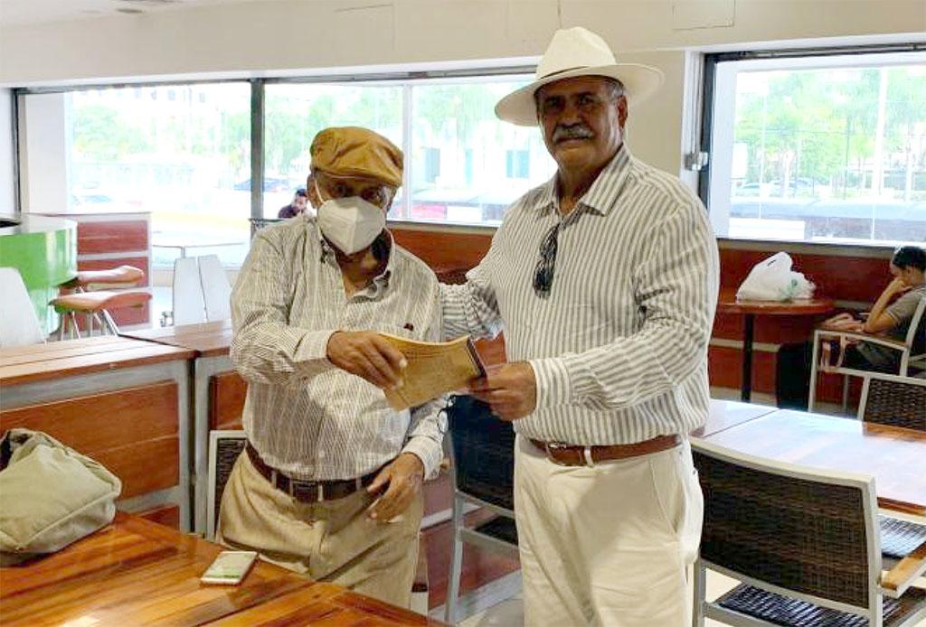Luis Ovidio Pérez entrega el cuaderno a Mora Serrano el 26 de julio 2021