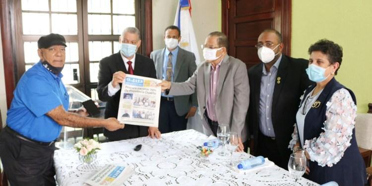 Momento de la entrega. Aparecen en la gráfica el alcalde Siquio NG de la Rosa, el Presidente de la Sala Capitular Nikeury Meyreles Faña, la vicealcaldesa Tinita González y Jovanny Pérez, asistente administrativo de la DIGEIG. Foto Orlando -Chon- Roque.