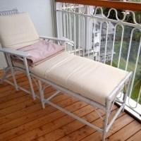 Liegestühle mit Kamelhaardecken auf sonnigen Loggien