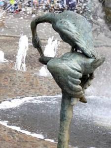 Schwaeneskulptur Brunnen der Lebensfreude Rostock 2016-04-23 Foto Elke Backert