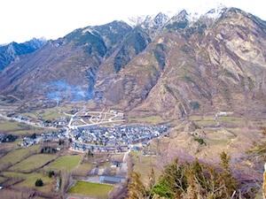 pyrenaen-benasque-stadt-von-oben