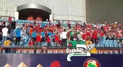 فيديو .. شاهد الجمهور المغربي يحيي ويرحب بالجمهور الجزائري ضد ساحل العاج 25