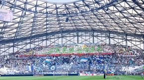 جمهور نادي مارسيليا الفرنسي يرفع تيفو باسم الجزائر باللغة العربية 39
