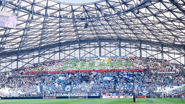 جمهور نادي مارسيليا الفرنسي يرفع تيفو باسم الجزائر باللغة العربية 24