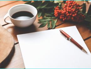 café con hoja en blanco y bolígrafo.