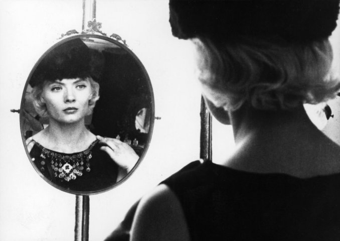 Diagonal from 5 to 7 (1962) French bob hair