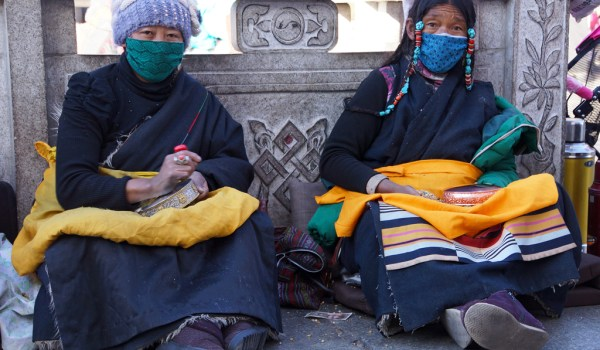 Lhasa: pilgrims making a mala offering in front of the Jokhang Temple