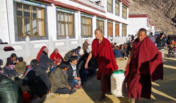 Special ceremony at Sera Monastery, Lhasa: after paying their respects there was a buffet with al kind of food for the wel-wishers. They were eating outside in the sun