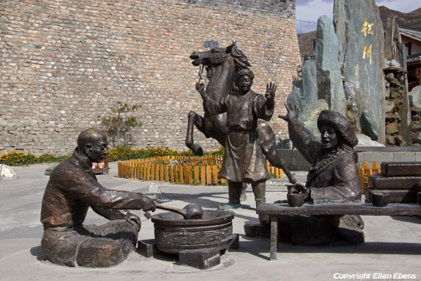 Songpan Ancient Town: statues near the North Gate