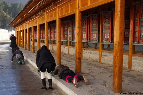 Labang Monastery, Xiahe: posternating pilgrims