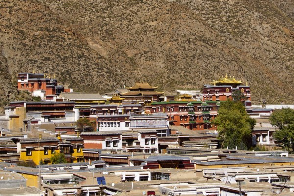 Xiahe: view on Labrang Monastery from the big guilded stupa