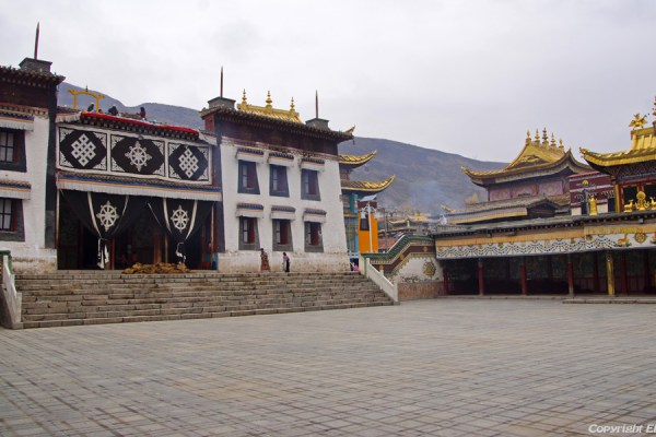 Assembly hall at Rongwu Monastery
