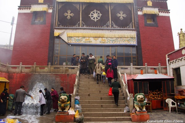 Pilgrims at the stairs of a assembly hall at Rongwu Monastery