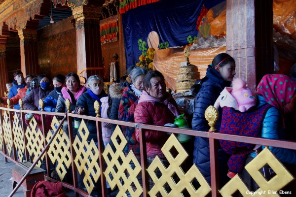 Pilgrims waiting to get into the Jokhang Temple