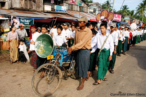 In a little village on the road from Bago to Toungoo: a procession of schoolchildren because of the New Moon Festival