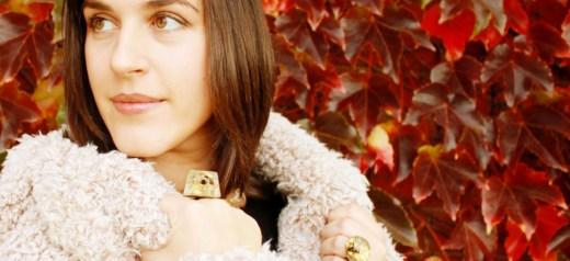 Κατασκευάζει κοσμήματα από μέλισσες, χρυσό και ρετσίνι