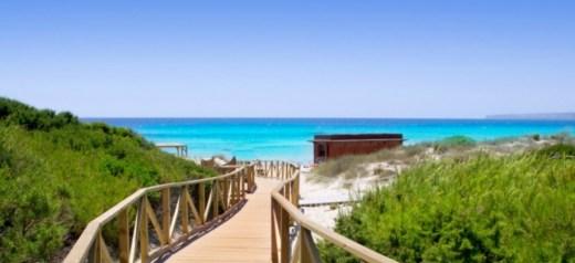 Μια ελληνική παραλία στις 4 ομορφότερες παραλίες γυμνιστών