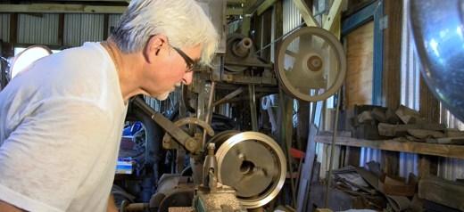 Κατασκευάζει σκάφανδρα για τους σφουγγαράδες
