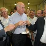 Ευδιάθετος και αισιόδοξος ο Πρωθυπουργός της χώρας, Γιώργος Παπανδρέου, πίνει την περίφημη κρητική Τσικουδιά με ομογενείς σε ένα διάλειμμα τού Συνεδρίου