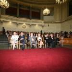 Η αίθουσα ήτανε κατάμεστη από ανθρώπους των Γραμμάτων και των Τεχνών.