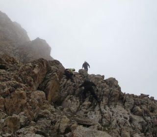 Σκαρφαλώνοντας-τα-βράχια-της-πλευράς-του-βουνού.