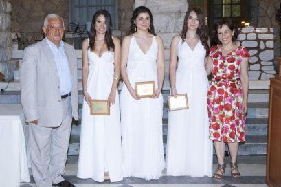 Ο Γιώργος Λυσαρίδης, πρώην αντιπρόεδρος Δευτεροβάθμιας Εκπαίδευσης του Κολλεγίου Ανατόλια, με τους αριστούχους τελειόφοιτους του 2ου Λυκείου και την Ιωάννα Τσιτσικλή, Διευθύντρια του 2ου Λυκείου.