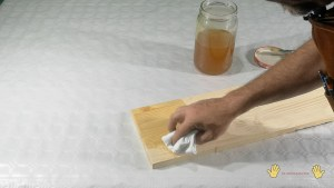 aplicar el barniz con un trapo