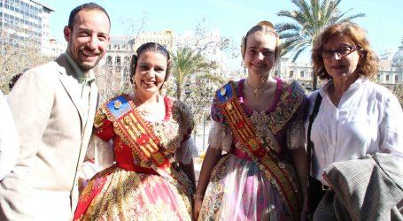 Las falleras mayores de Alaquàs presencian la mascletà de Valencia desde el balcón del Ayuntamiento