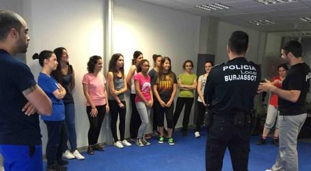 La Policía Local de Burjassot enseña a las mujeres defensa personal