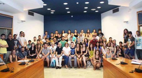 L'alcaldessa d'Alaquàs rep als joves de 'La Dipu te Beca'
