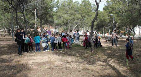 Els alumnes de Paterna planten 80 arbres en la pinada de La Canyada