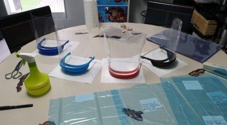 Voluntarios paterneros fabrican pantallas protectoras para el personal sanitario