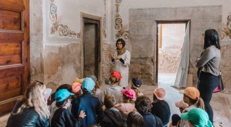 Los alumnos de tercero de primaria del liceo francés de Paterna visitan el recién restaurado Palauet Nolla de Meliana